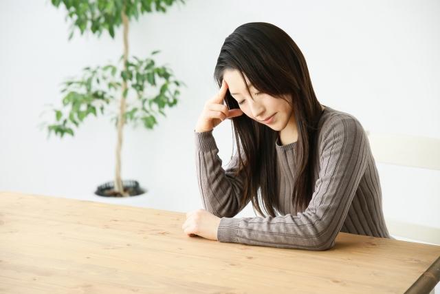辛い頭痛の症状に悩む女性