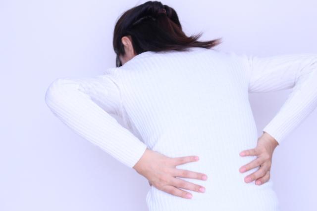 すべり症の辛い症状に悩む女性