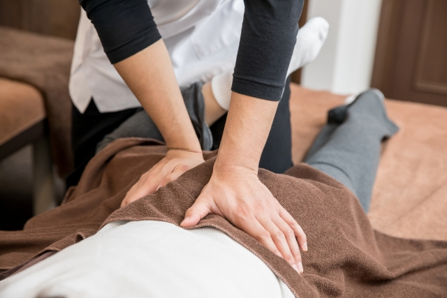 腰近辺の歪みを整えて神経の働きを活性化させる施術です