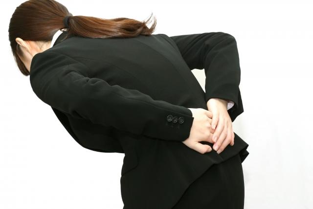 腰痛の辛い症状に悩む女性